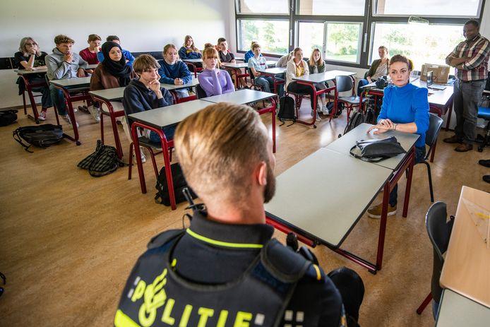 De politie in De Ronde Venen probeert leerlingen van het Veenlanden College in Vinkeveen in een gastles ervan te doordringen dat ze niet meer moeten appen op de fiets. Om de boodschap goed tussen de oren te krijgen van de leerlingen, is een actrice ingehuurd met wie een slechtnieuwsgesprek wordt nagespeeld: 'Uw kind is verongelukt'.