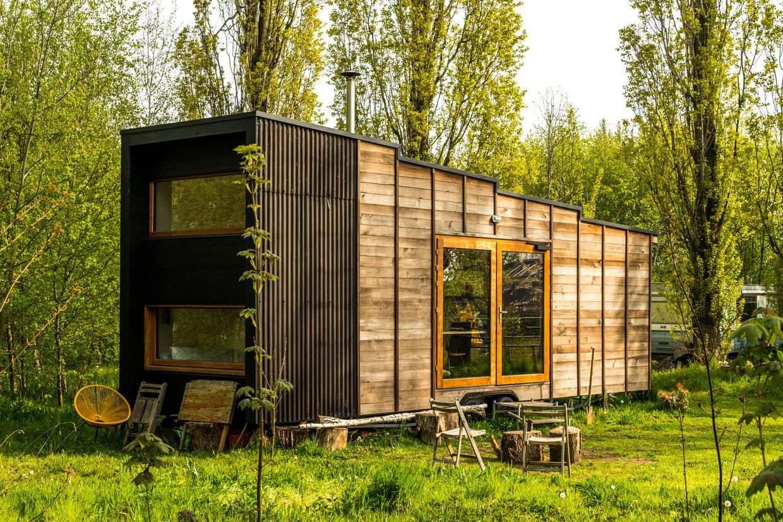 Het ontwerp valt in vier blokken uiteen, steeds met een iets hoger plafond: badkamer, keuken, schrijfplek en slaap- en zithoek Beeld Luc Roymans