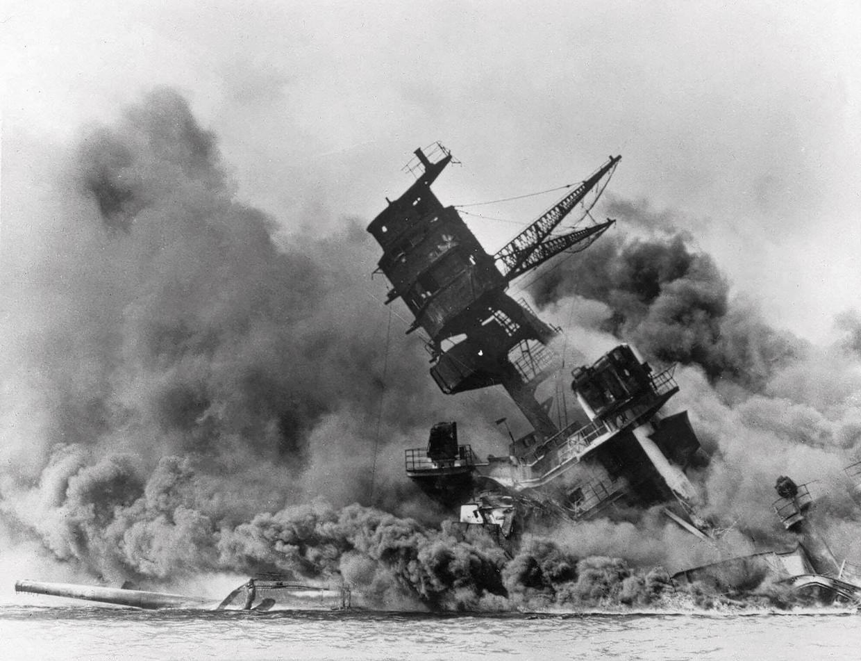 In december 1941 stortte Tokio, een bondgenoot van nazi-Duitsland, zich in de Tweede Wereldoorlog door de Amerikaanse marinebasis in Pearl Harbor bij Hawaï aan te vallen.
