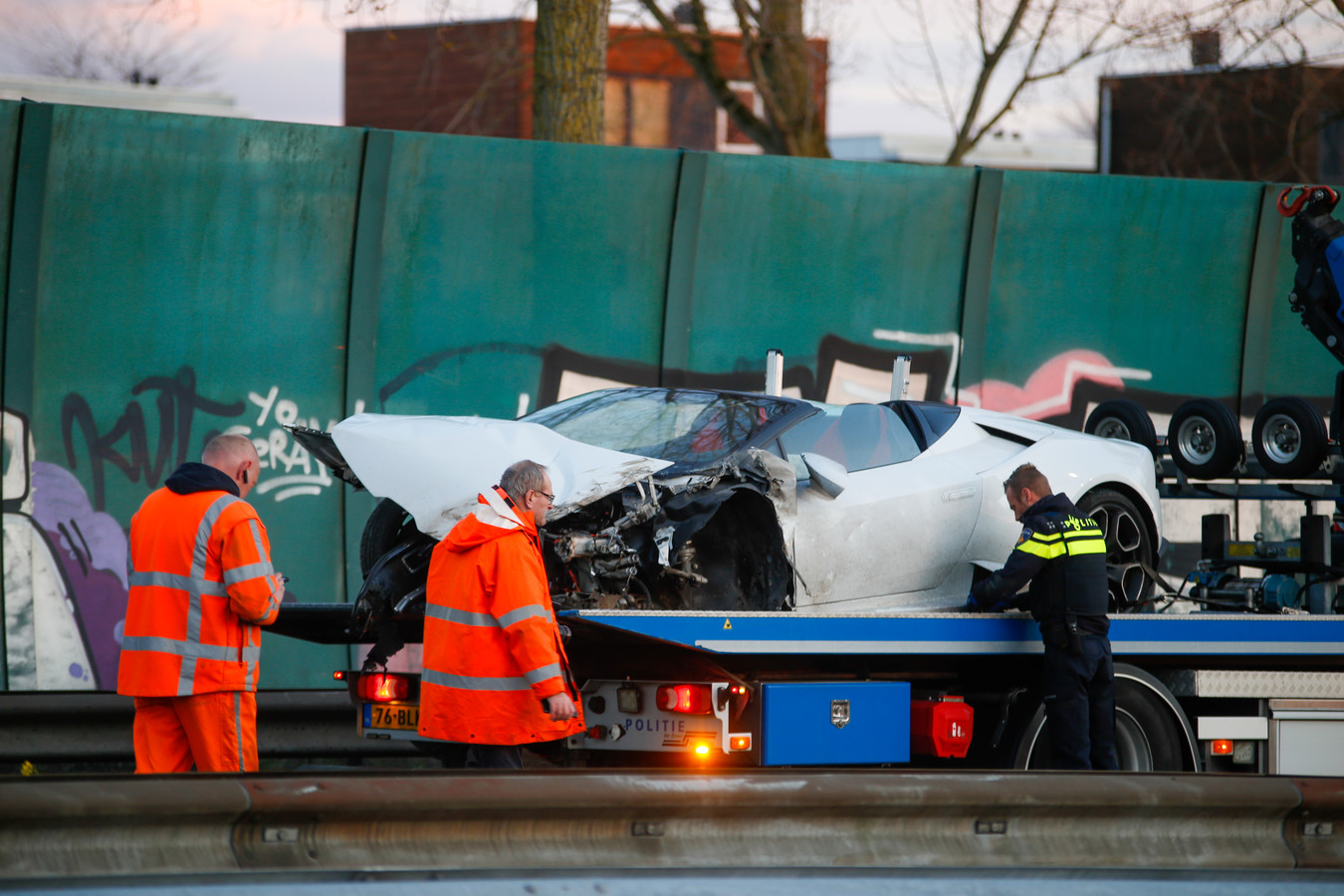 De supersnelle Lamborghini raakte flink beschadigd bij de botsing tegen de vangrail.