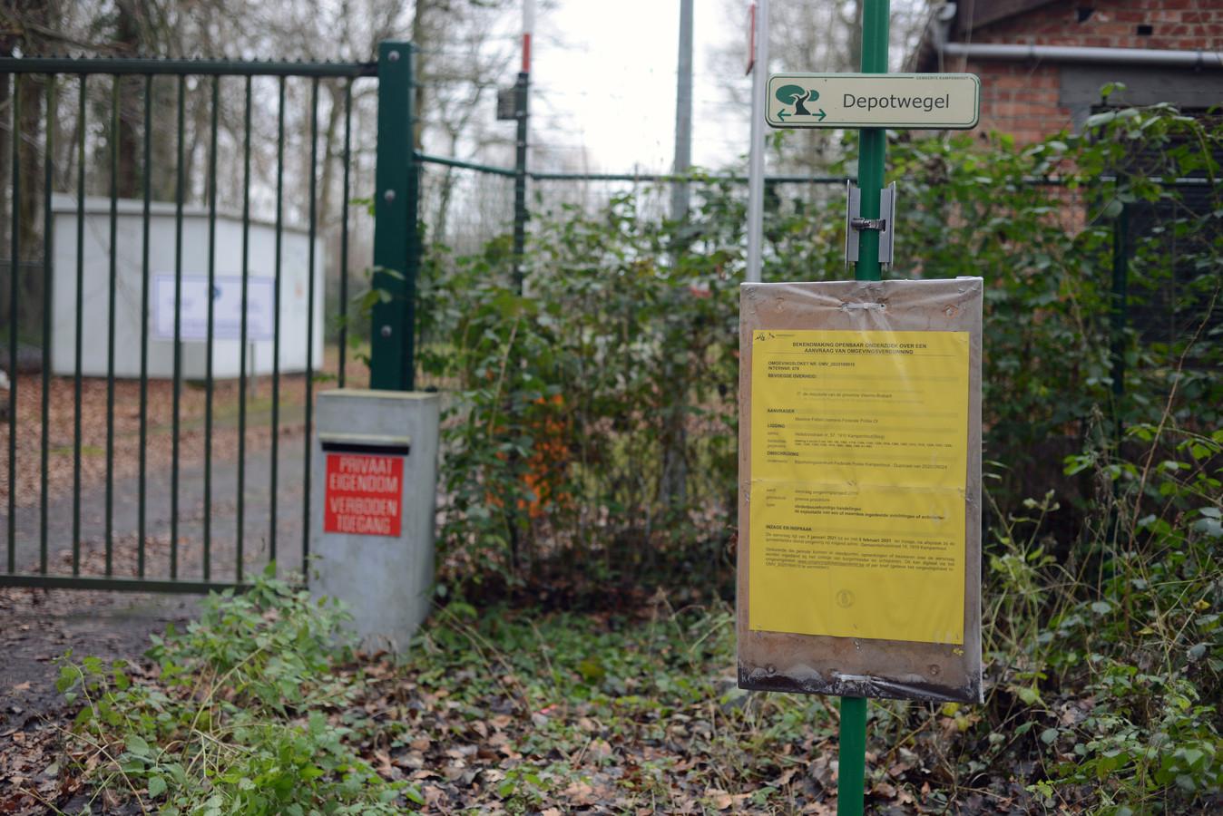 Het bord met de aankondiging aan de slipschool in het Hellebos.