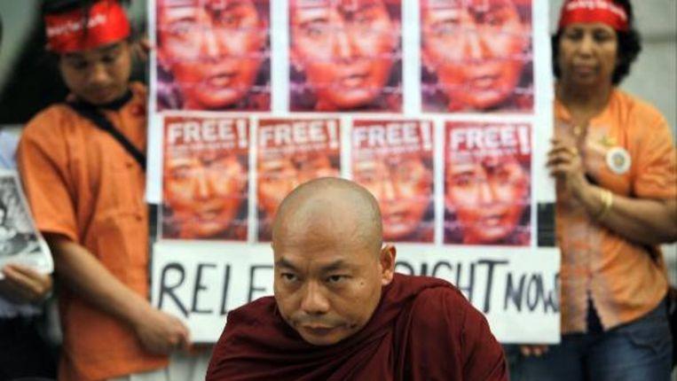 Een monnik doet bij een Japanse universiteit mee aan een demonstratie voor Aung San Suu Kyi en de democratische beweging in Birma. (ap) Beeld