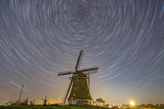 """""""Heldere zomeravonden, heldere zomernachten"""". Star Trail foto bij molen 1 van de molenviergang in Aarlanderveen. Hierbij 90 foto's gemaakt van 30 second."""