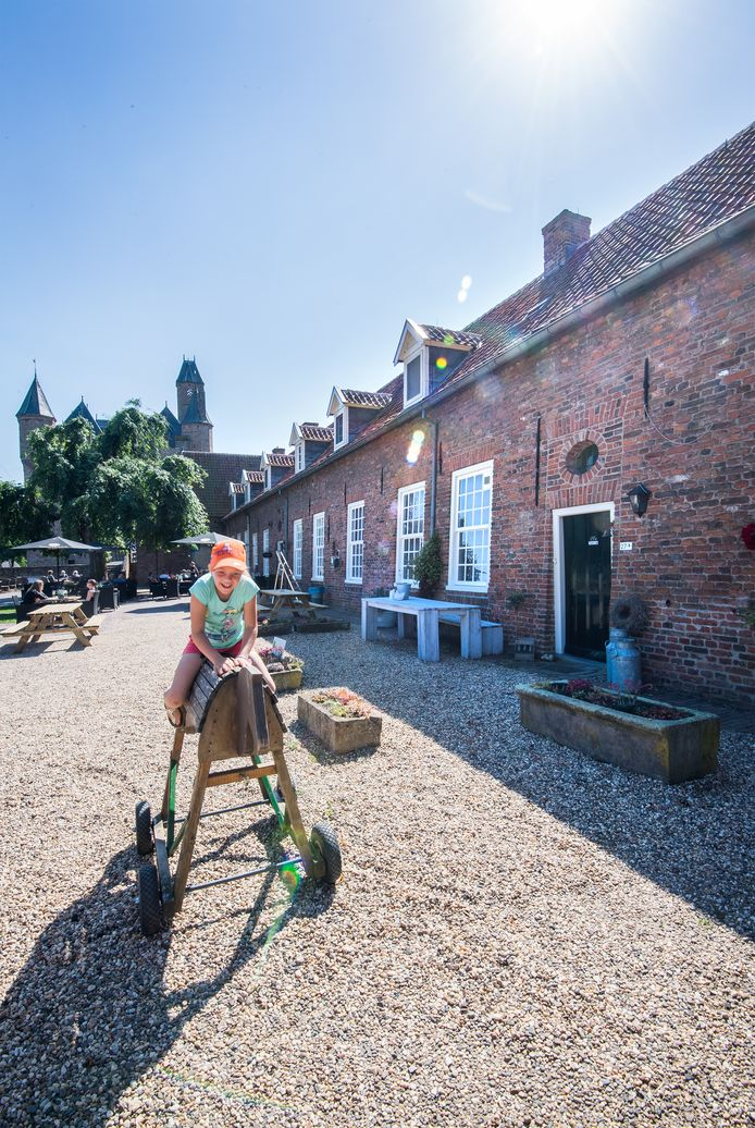 Het nieuwe optrekje van de Lingewaardse burgemeester Marianne Schuurmans op kasteel Doornenburg. Een woning waar dierenarts Hans van Zoolingen uit Gendt ook een claim op heeft.