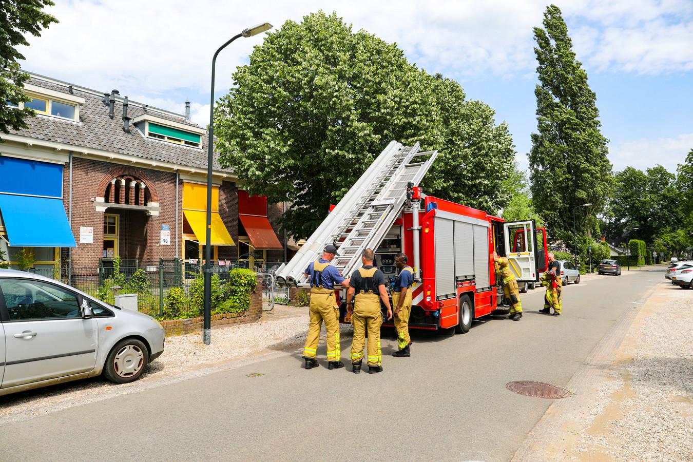 Brandweer bij kinderdagverblijf Roezemoes in Apeldoorn na een brandmelding, die uiteindelijk bleek mee te vallen.