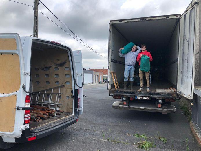 De scouts van Tervuren trekken op kamp naar Kortrijk, waar de vrachtwagen met materiaal donderdag uitgeladen werd.