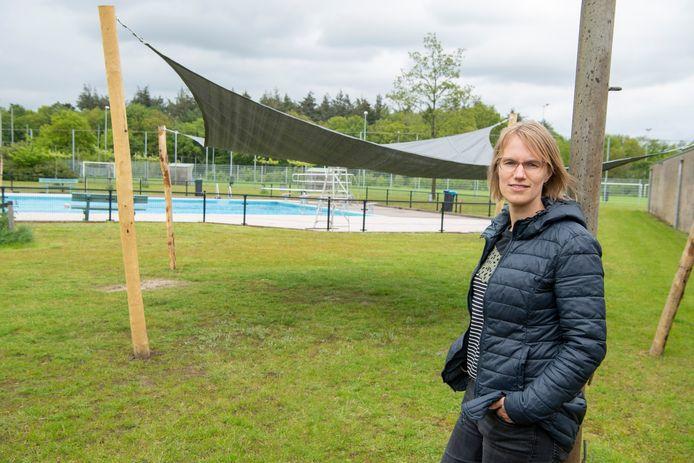 Miranda van Lohuizen heeft het voor elkaar gekregen om drie schaduwplekken bij het zwembad in Dalfsen in te mogen richten. Ze verloor jaren terug haar schoonmoeder aan huidkanker, met deze plekken wil ze bij de jeugd aangeven: let op de gevaarlijke kanten van de zon.