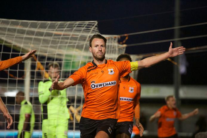 Katwijk-aanvoerder Robbert Susan juicht na de winnende goal tegen IJsselmeervogels.