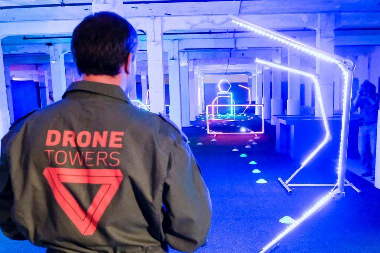 Bezoekers krijgen de opdracht om hun drone langs een parcours met obstakels te leiden.