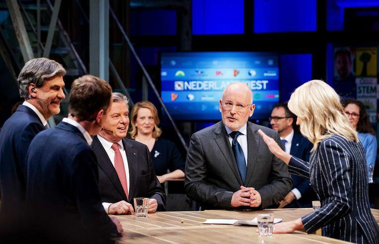 Toine Manders (50Plus) en Frans Timmermans (PvdA) tijdens een lijsttrekkersdebat bij de NOS aan de vooravond van de verkiezingen voor het Europees Parlement.  Beeld ANP