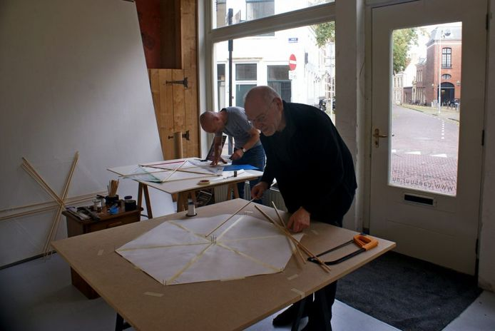 Giel Louws en Hans Overvliet van Caesuur maken de vliegers gereed.
