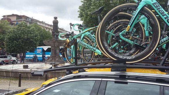 Het dak van de volgwagen van Jumbo-Visma, zonder fiets van Lennard Hofstede.