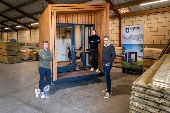 Ruud Tielemans, Thomas van der Biezen en Roy van Damme met het eerste tuinkantoor. Deze wordt in Amsterdam geplaatst.