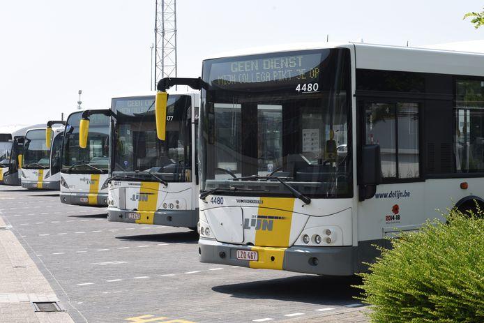 de bussen verlaten de stelplaats in de Weggevoerdenlaan in Kortrijk en rijden weer uit. De staking is voorbij.