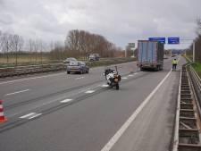 Daar wil je niet achter rijden: trailer raakt los van vrachtwagen op A326 bij Wijchen