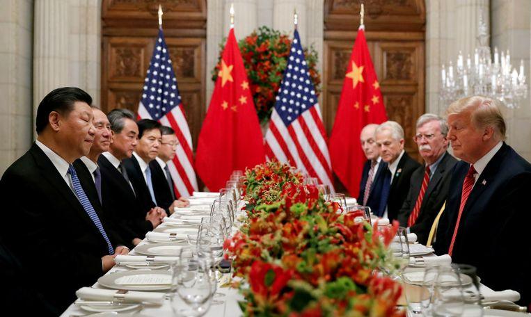 De Amerikaanse president Trump tijdens een diner met de Chinese leider Xi Jinping. Beeld Reuters