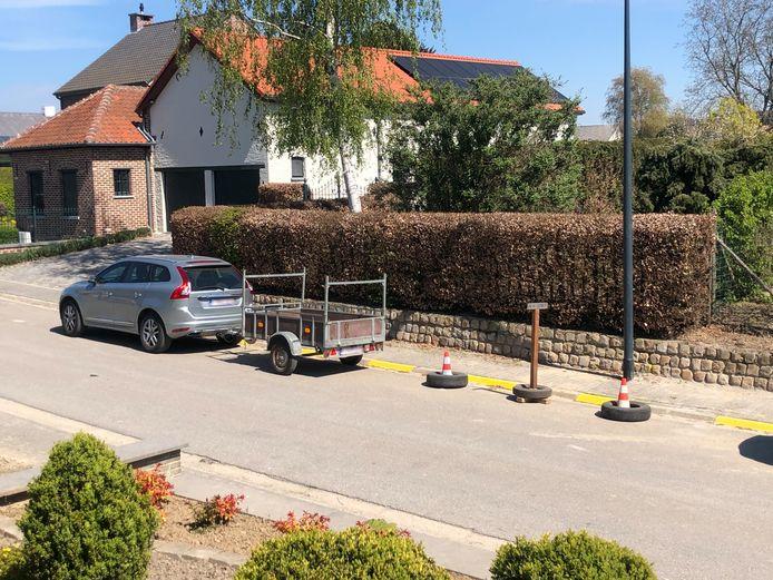 Ondanks de onderbroken gele lijn staan er regelmatig auto's. Daarom plaatste de man de 'obstakels' en parkeert hij er zelf maar zijn wagen. Helaas voor hem is dat ook niet toegelaten.