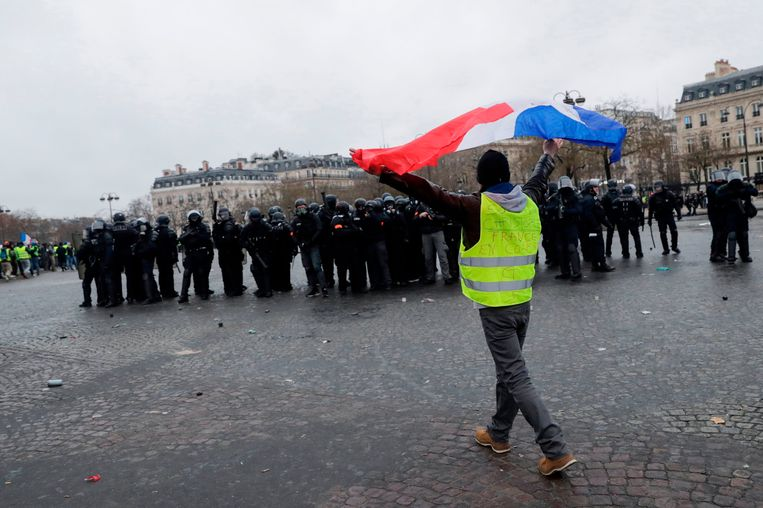 Een demonstrant met Franse vlag. Beeld AFP