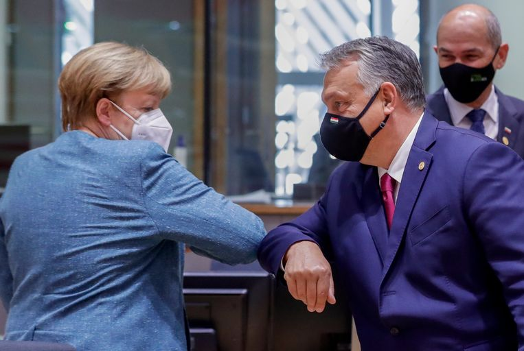 De Duitse bondskanselier Angela Merkel begroet de Hongaarse premier Viktor Orbán. Beeld EPA