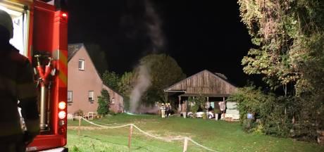 Brand onder overkapping in Alphen, vuur slaat niet over naar paardenstal