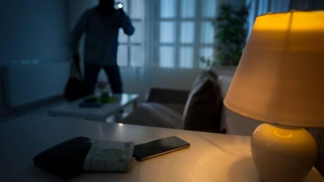 Bewoonster verjaagt inbrekers door raam hard dicht te slaan