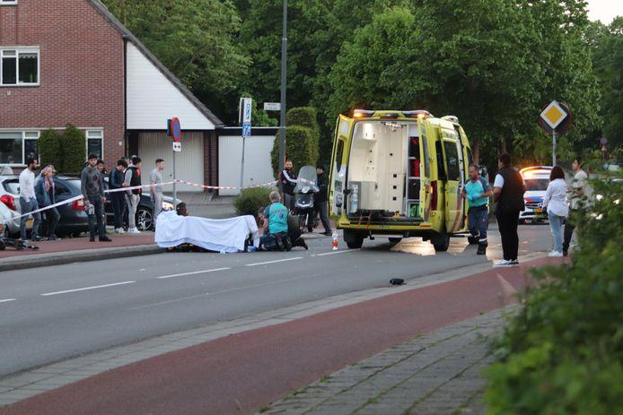 Het slachtoffer krijgt op straat hulp van ambulanceverpleegkundigen.