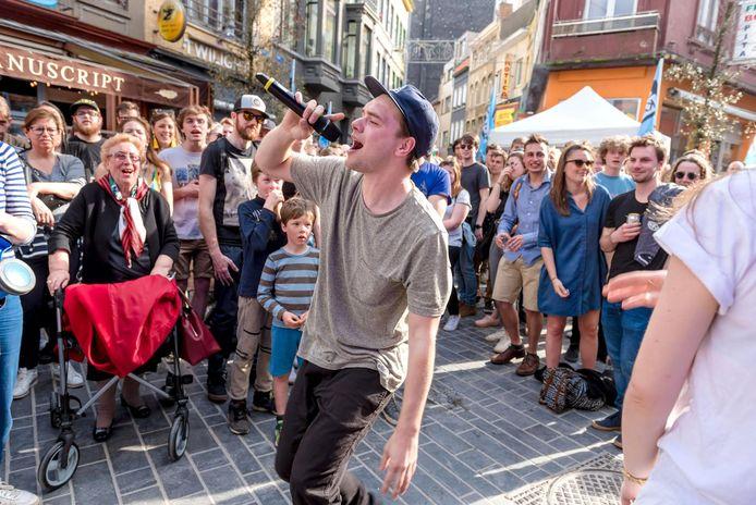 Archiefbeeld - Rapper Brihang treedt tussen het publiek in de Langestraat op.