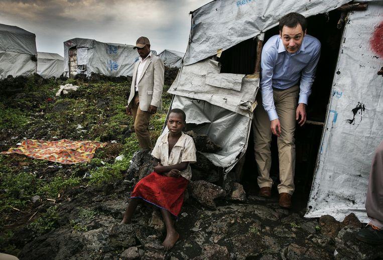 Alexander De Croo bezoekt een vluchtelingenkamp nabij de Oost-Congolese stad Goma in 2015. Als minister oogstte hij lof door zijn beleid consequent te verbinden met de mensenrechten. Beeld Tim Dirven