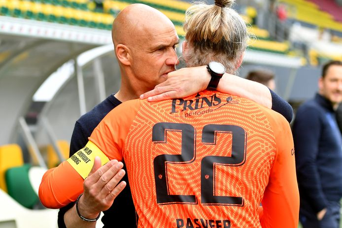 Vitessecoach Thomas Letsch met doelverdediger Remko Pasveer na het gelijkspel tegen Fortuna.