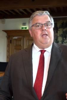 Stelling | Een burgemeester mag een QR-weigeraar best een lafbek noemen