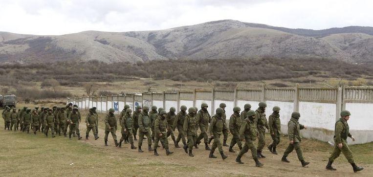 Russische militairen, of - zoals Poetin ze noemt - zelfverdedigingstroepen bij Simferopol. Beeld reuters