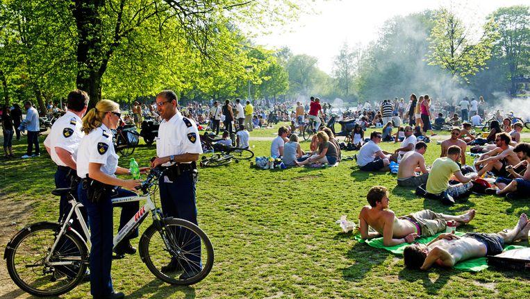 Behalve de Vondelparkkabouter worden ook extra toezichhouders ingezet om het park schoon te houden. Beeld ANP