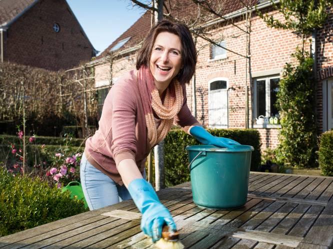 Van grauwe tuinmeubels tot groene aanslag: onze tuinexperte legt uit hoe je je terras het best schoonmaakt