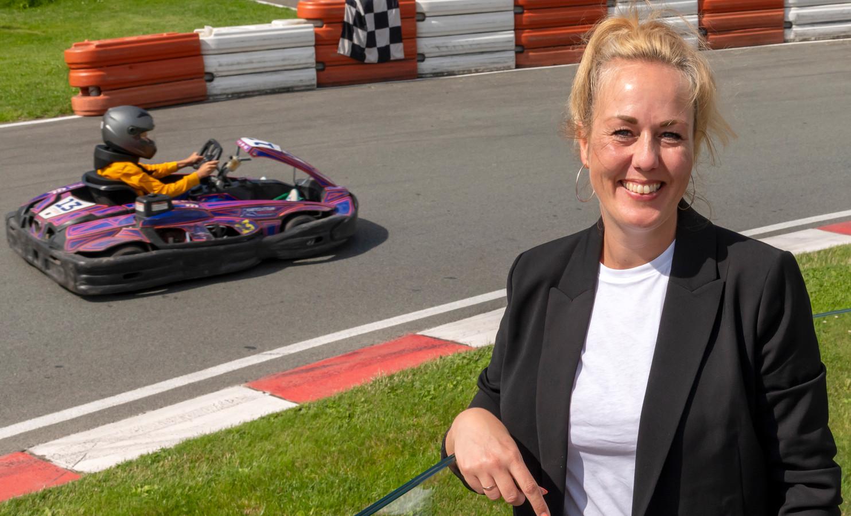 Elke de Leeuw is de moeder van Jenson de Leeuw, die zich op het circuit in Lelystad bekwaamde in het karten. Hij werd dit jaar Nederlands kampioen.