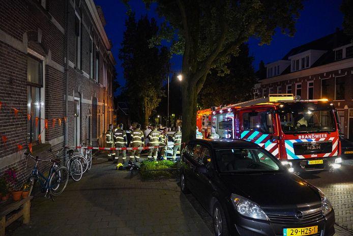 De brandweer bij het pand aan de Oranjestraat waar vermoedelijk brand werd gesticht achter de voordeur.,