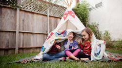 Staycation met de kids? Expert deelt tips om samen de zomer door te komen (en structuur is niet altijd de beste oplossing)