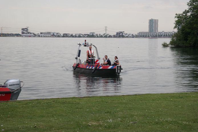 Zoekactie in water na vondst luchtbed aan de Strandweg in Zevenhuizen.