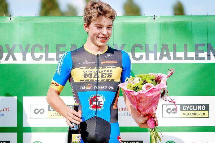 Jori Van de Sompel pakte in Knesselare de bloemen, maar gaat niet voor een goed klassement in de Oxyclean CX Challenge.