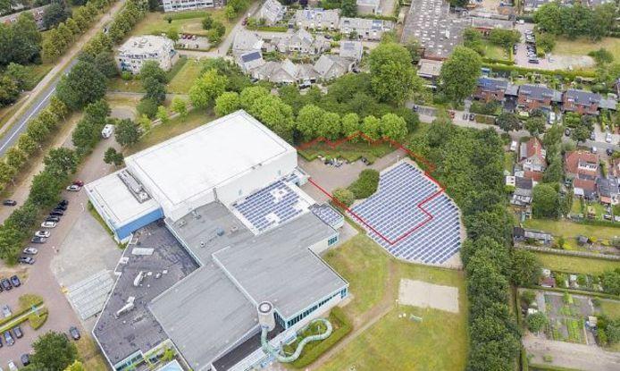 Schets van de plek waar de nieuwe sporthal (rode lijn) komt.