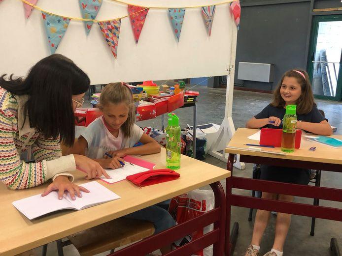 In de voormiddag krijgen de kinderen 'klassiek' les, in de namiddag leert men spelenderwijs.