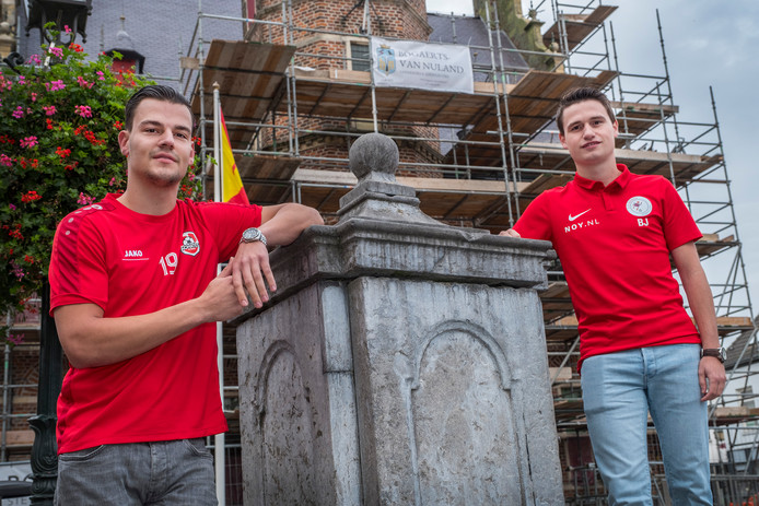 Gies Gisbers (links) is speler van voeltbalclub Achates in Ottersum en Bas Janssen is speler van VV Heijen. Zondag spelen zij tegen elkaar in Ottersum.