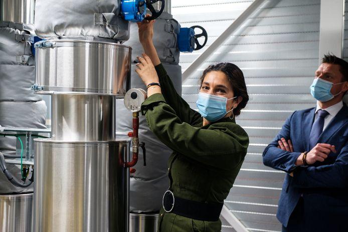 Minister van Energie Zuhal Demir (N-VA) draait de kraan van het coöperatieve warmtenet Warmte Verzilverd open.