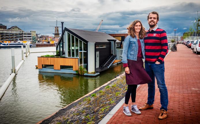 Elize en Maarten Vroegindeweij voor hun drijvende woning De kleine ark ;).