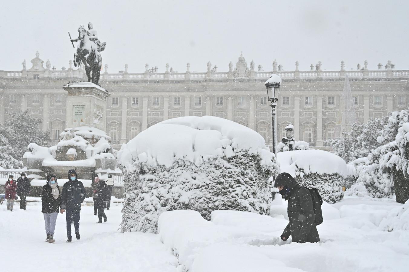 Winterse taferelen aan het koninklijk paleis in Madrid.
