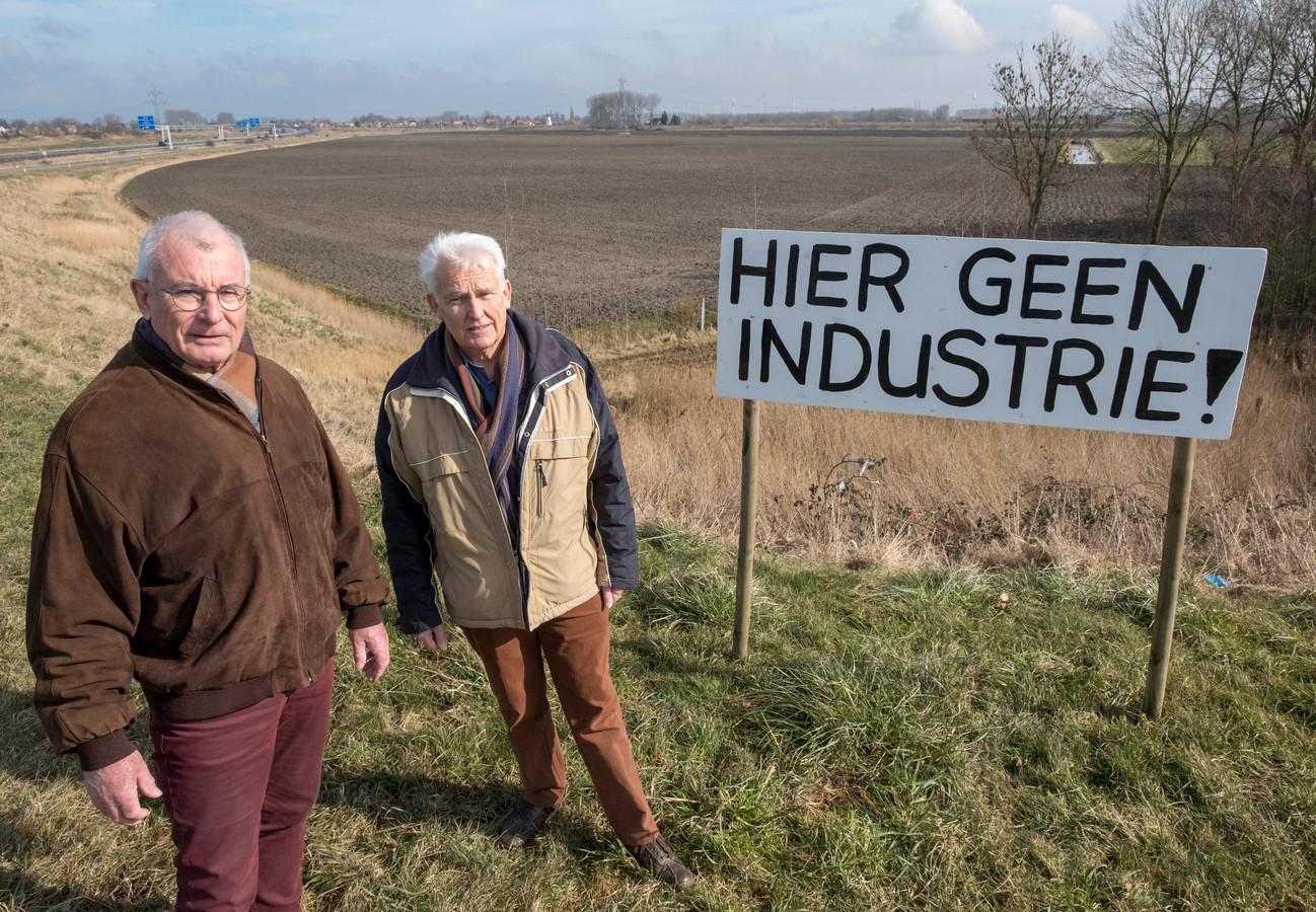 John de Rijke (links) en Hans van Hal van de Werkgroep Trekdijk, voor het gebied waarvoor plannen gemaakt moeten worden.