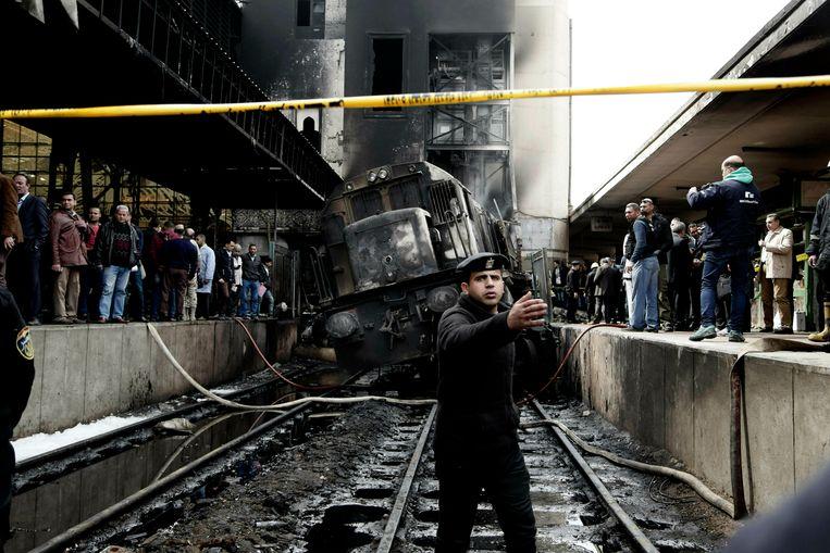 Een politieagent bij de gecrashte trein in het Ramses-treinstation in Caïro, waarbij eind februari zeker 22 mensen omkwamen. Beeld AP