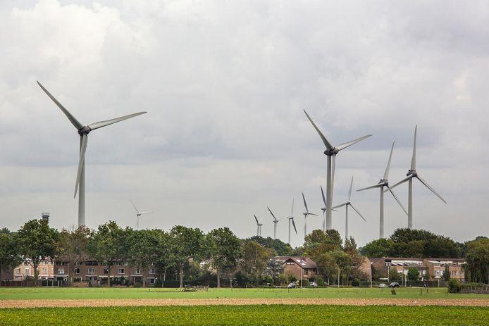 De windmolens lijken bijna achter de woningen te staan in Geervliet en Heenvliet. Zet zulke turbines voortaan op ruim twee kilometer, willen vier provinciale fracties.