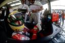 Ayrton Senna da Silva ziet plots fotograaf Peter van Egmond naast zich bij de Grand Prix van Duitsland in 1992, net terwijl Senna een briefje met wat data leest. Senna draaide gelijk het briefje weg, bang voor spionage, en sommeerde Van Egmond weg te gaan.