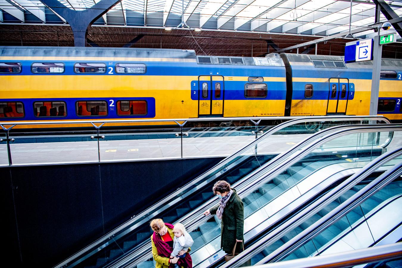 Reizigers op een NS-station.