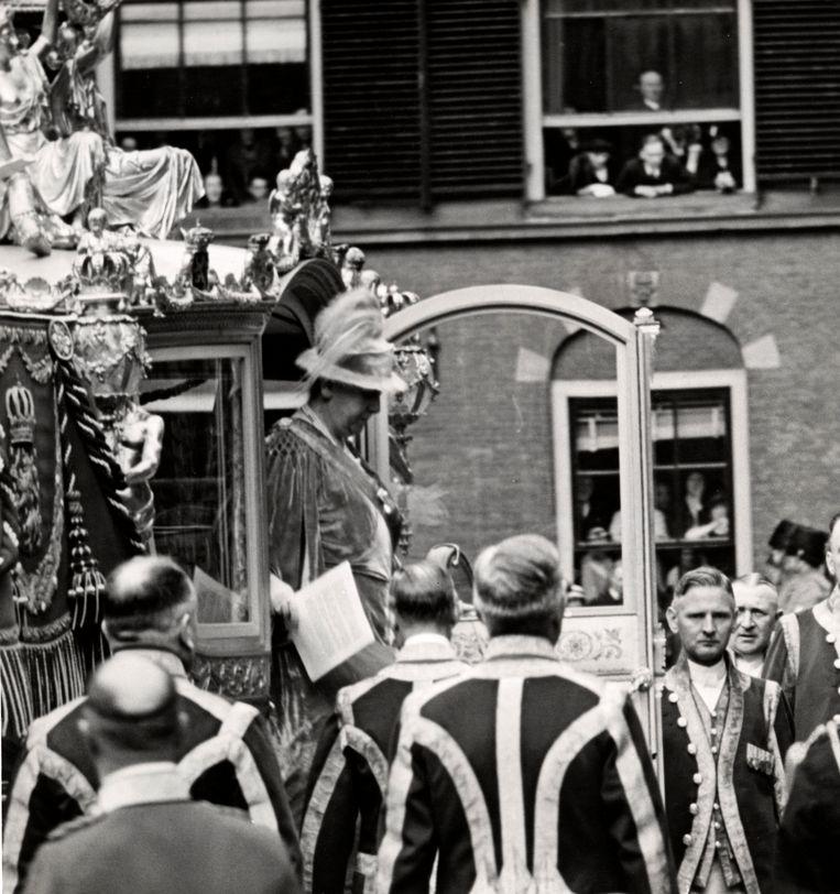 Koningin Wilhelmina stapt uit de gouden koets op weg naar de Ridderzaal voor opening van de Staten Generaal in 1937.   Beeld Hollandse Hoogte / Spaarnestad Photo